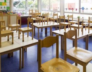 klaslokaal met tafels en stoelen